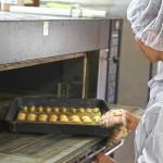 工房内では、販売用のパンやクッキー、ケーキを作っています。