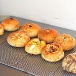 美味しそうに焼きあがった様々な種類のパン